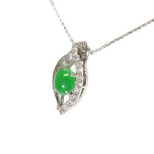 小さめですが、とてもよく色が乗っている「これぞ翡翠!」な石です