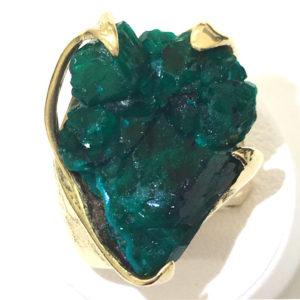 かなり大きな結晶です。原石ならではのラフな印象・・・宝石が採掘されたものだということがよくわかります